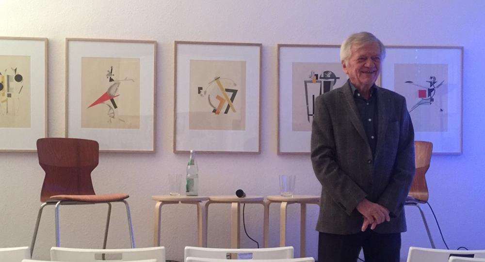 Folker Skulima vor den Grafiken von El Lissitzky